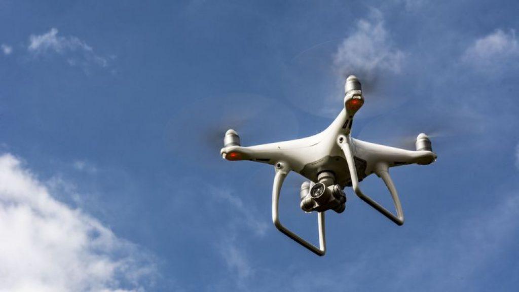 chi siamo_ drone che volteggia nel cielo azzurro