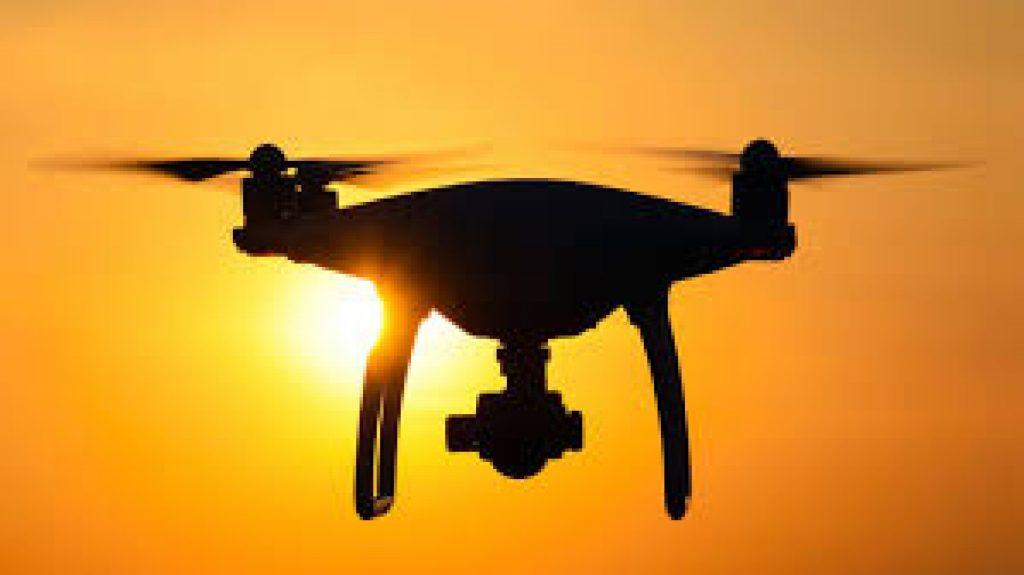 che cosa è un drone foto di un drone al tramonto vola verso il sole