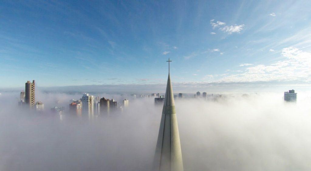 che cosa è un drone, foto sopra le nuvole