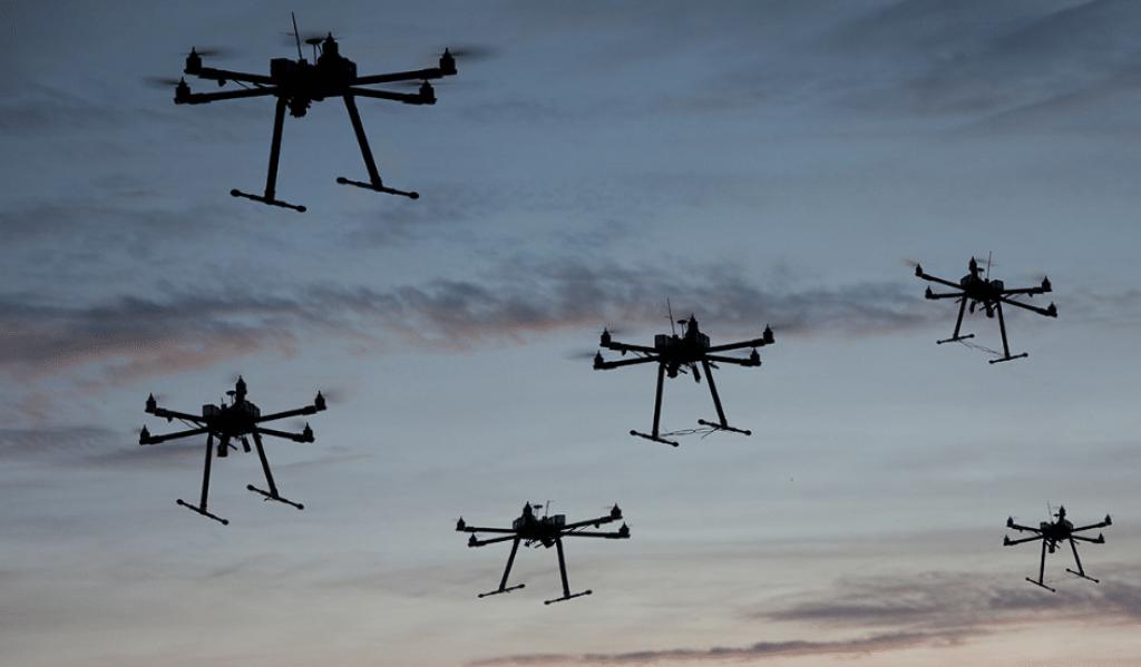che cosa è un drone diversi droni che volano insieme nel cielo